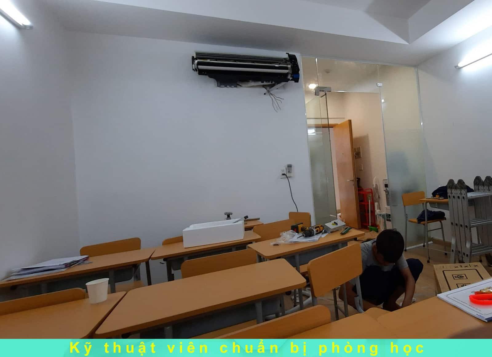 Kỹ thuật viên chuẩn bị phòng học tại IMTA